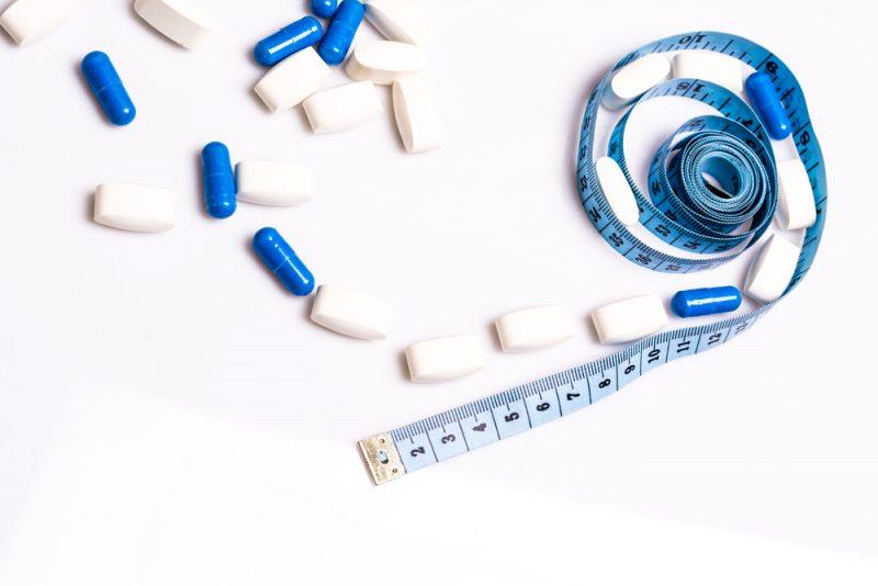 Pilules médicales et centimètre